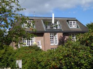 Othmarschen: Sonnige 4 – Zimmer – Dachgeschosswohnung in Elbnähe mit Südbalkon