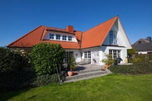 Halstenbek: Exklusive Landhausvilla mit Traumgrundstück