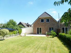 Pinneberg-Waldenau: Modernes und energieeffizientes Einfamilienhaus im Verbund