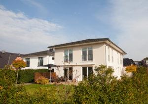 Schenefeld-Dorf: Neuwertige Toskana-Villa mit Doppelgarage