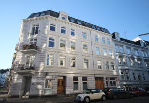 Ottensen: Helle 3-Zimmer-Dachgeschoßwohnung mit Westbalkon und großzügiger Dachterrasse