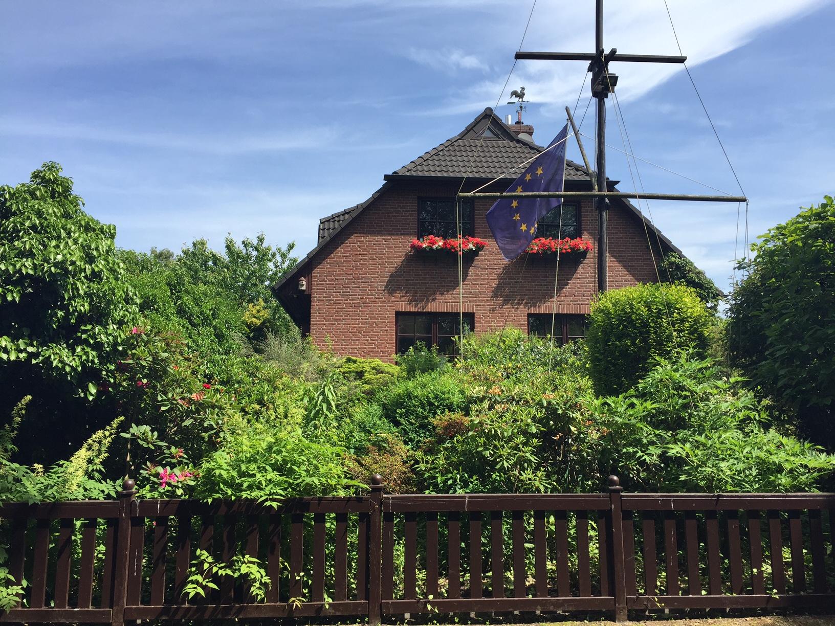 Halstenbek: Rotklinker-Einfamilienhaus in Sackgassenlage mit traumhaft angelegtem Grundstück