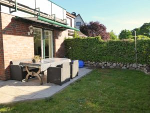 Pinneberg-Waldenau: Hochwertig ausgestattete Erdgeschosswohnung mit zwei Terrassen und eigenem Garten