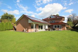 Halstenbek: Traumhafte und stilvolle Villa in begehrter Lage mit Schwimmbad