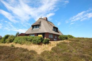 Süderheide / Sylt: Einzelhaus unter Reet in unmittelbarer Strandnähe auf traumhaftem Heidegrundstück