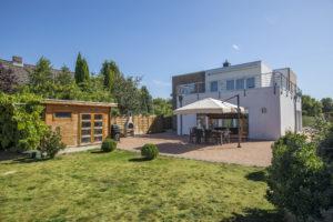 Schenefeld: Moderne Bauhaus-Villa mit großem Garten